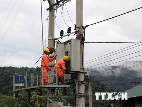 [Photo] Lai Châu: Vượt mưa lũ đưa điện trở lại thôn bản bị cô lập