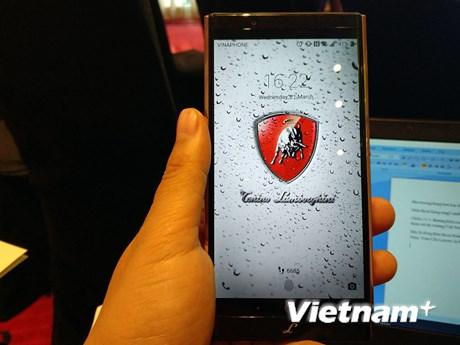 [Photo] Ngắm Alpha One, điện thoại cho nhà giàu cập bến Việt Nam