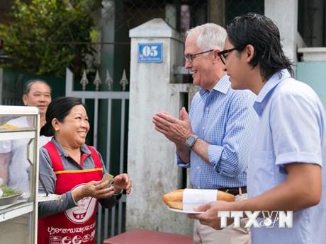 Hình ảnh Thủ tướng Australia thưởng thức bánh mỳ ở Đà Nẵng