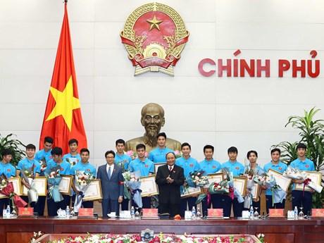 [Photo] Thủ tướng chào đón nồng nhiệt đội tuyển U23 Việt Nam