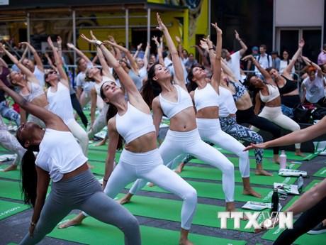 [Photo] Hàng nghìn người Mỹ tập Yoga đón ngày Hạ chí