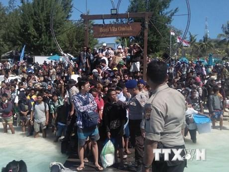 Hình ảnh du khách và dân sơ tán khỏi quần đảo nhỏ Gili sau động đất