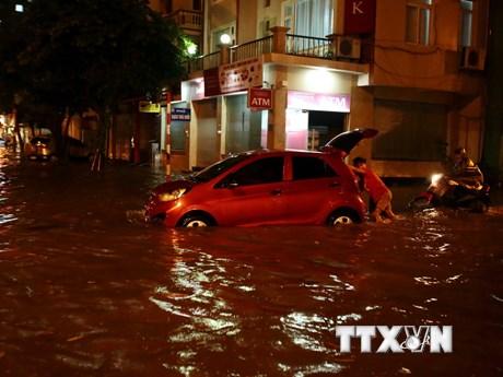 Hình ảnh phố Hà Nội biến thành 'sông' sau cơn mưa lớn