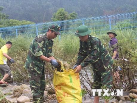 Nhân dân biên giới Việt-Trung cùng vệ sinh môi trường dọc tuyến sông