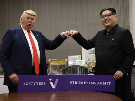 'Ông Trump' và 'ông Kim' cụng tay nhau vì hòa bình thế giới