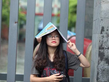 Thí sinh, phụ huynh Hà Nội đội mưa rời trường thi