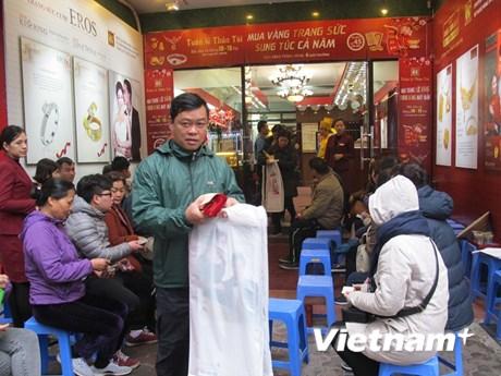 [Photo] Khách hàng đổ dồn về các doanh nghiệp lớn ngày Thần Tài