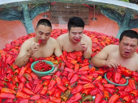 """Hình ảnh """"choáng váng"""" về cuộc thi ăn ớt kỳ quặc ở Trung Quốc"""