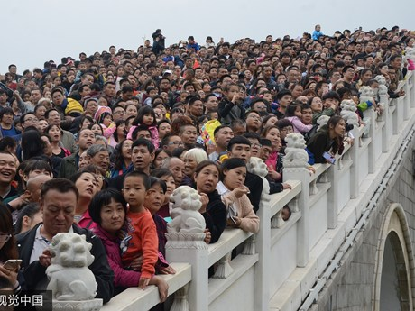 Dòng người chen chúc dịp Trung Thu ở quốc gia đông dân nhất thế giới