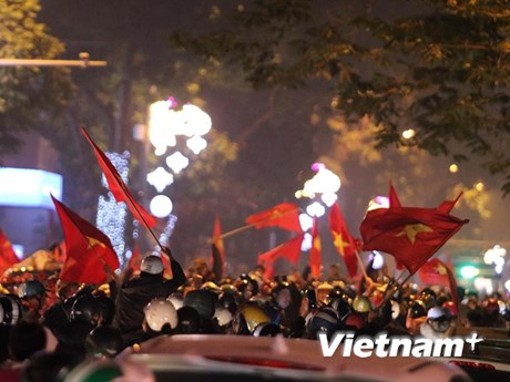 Người dân đổ xuống đường mừng chiến thắng lịch sử của U23 Việt Nam