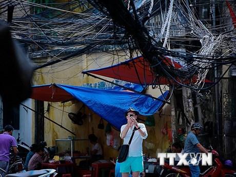 """""""Rác trời"""" và nguy cơ gãy đổ cột điện trong mùa nắng nóng ở Hà Nội"""