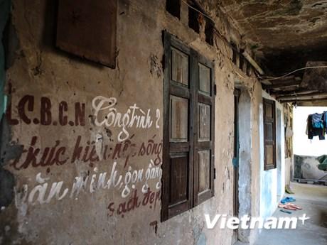 [Photo] 400 hộ dân lo lắng sống trong khu tập thể cũ nát chờ sập