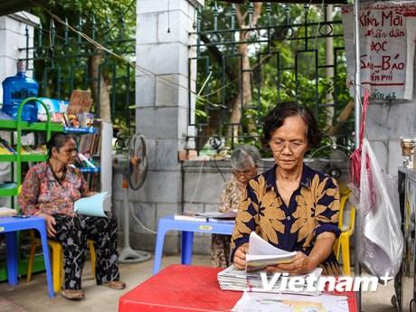 Cụ bà 72 tuổi và quầy sách báo miễn phí giữa lòng Hà Nội