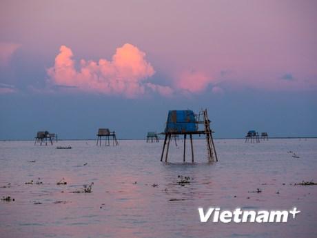 Ngắm biển Đồng Châu đẹp mê hoặc trong mùa mưa bão