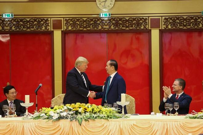 Chủ tịch nước Trần Đại Quang chủ trì Quốc yến chào mừng Tổng thống Donald Trump và Đoàn đại biểu cấp cao Hoa Kỳ. (Ảnh: Minh Sơn/Vietnam+)
