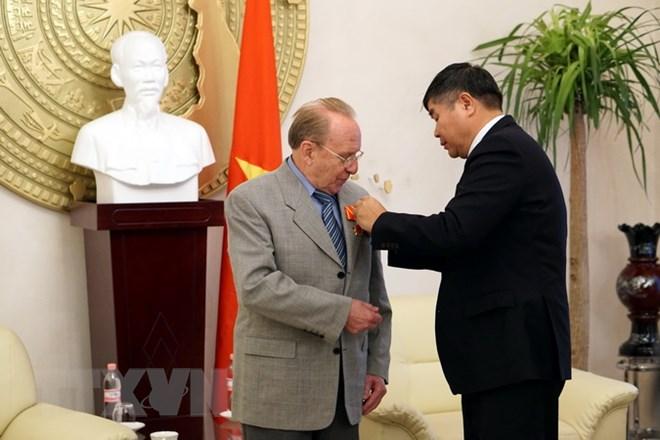 Thừa ủy quyền của Chủ tịch nước Trần Đại Quang, Đại sứ Đoàn Xuân Hưng trao tặng Huân chương Hữu nghị cho ông Hellmut Kapfenberger. (Ảnh: Phạm Văn Thắng/TTXVN)