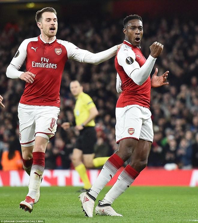 Welbeck (phải) lập cú đúp cho Arsenal.