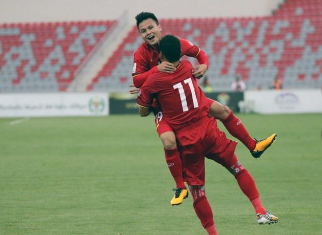 Quang Hải ăn mừng bàn thắng với Anh Đức.