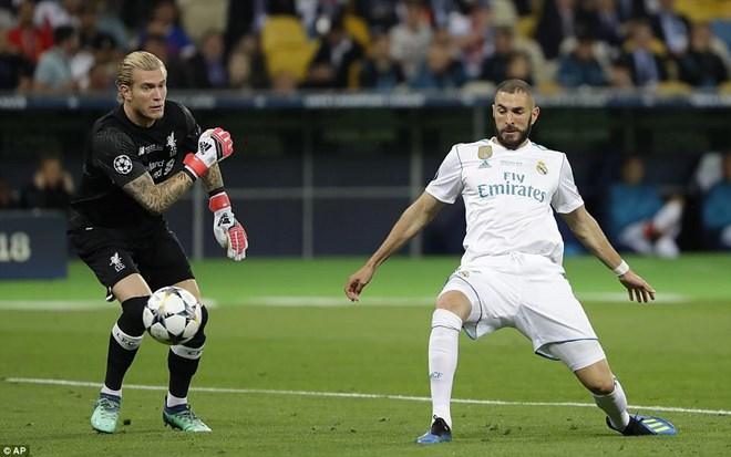 Karius mắc sai lầm giúp Benzema bất ngờ có bàn thắng.