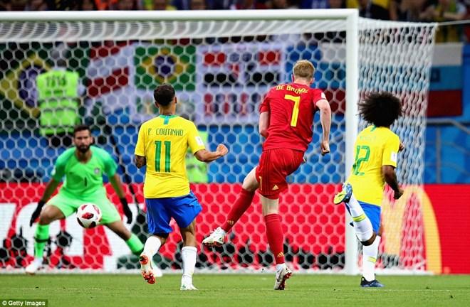 De Bruyne dứt điểm hiểm hóc hạ gục thủ thành Brazil.