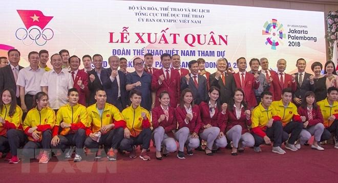 Các đại biểu cùng các vận động viên tham dự ASIAD 2018 chụp ảnh tại buổi lễ. (Ảnh: Trọng Đạt/TTXVN)