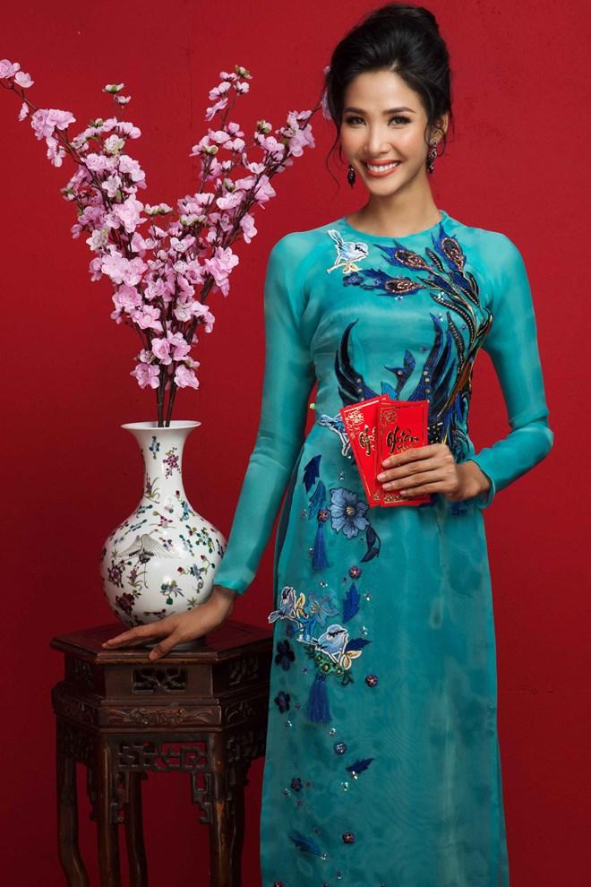 Top 3 Hoa hậu Hoàn vũ Việt Nam 2017 đỏ rực mừng Xuân mới - ảnh 7
