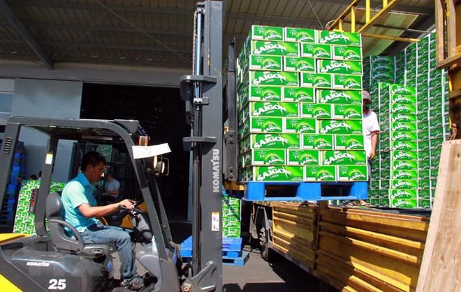 Vận chuyển sản phâm bia. (Ảnh: Công Thử/TTXVN)
