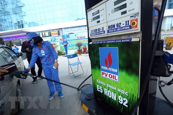 Bán xăng sinh học E5 tại cửa hàng xăng dầu của PVOIL phố Thái Thịnh, Quận Đống Đa, Hà Nội. (Ảnh: Huy Hùng/TTXVN)