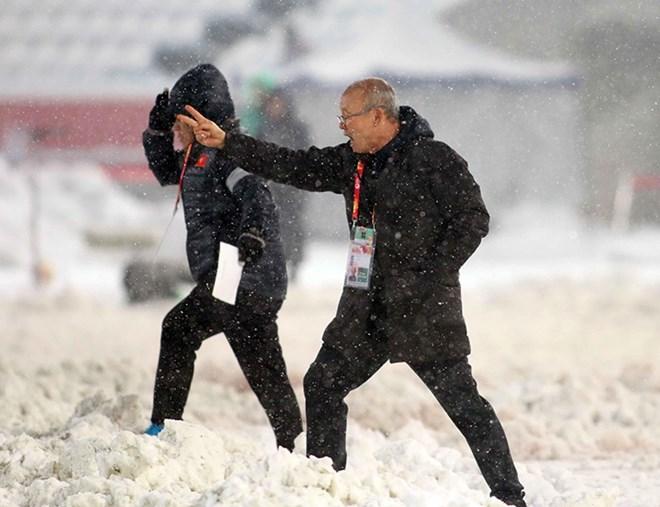 Huấn luyện viên Park Hang Seo chỉ đạo các cầu thủ trong trận gặp U23 Uzbekistan. (Nguồn: Yonhap)