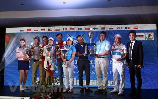 Ông Đoàn Xuân Hưng, Đại sứ Việt Nam tại Đức, trao giải cho tay golf có thành tích tốt nhất. (Ảnh: Phạm Thắng/Vn+)