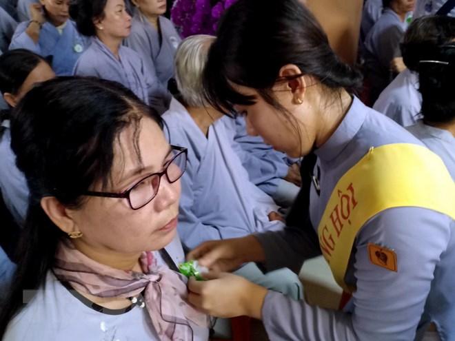 ttxvn bong hong cai ao - Mùa Vu Lan nghĩ về giá trị đạo đức trong văn hóa Việt Nam