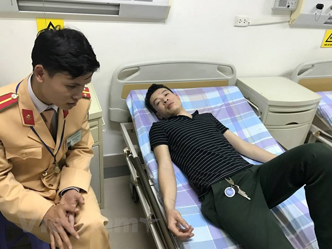 Cảnh sát giao thông cứu tài xế gặp nạn trên Đại lộ Thăng Long