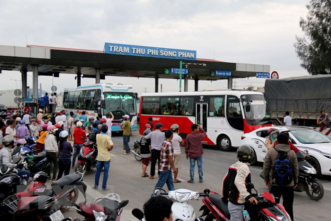 Tình trạng mất trật tự tại trạm thu phí Sông Phan, tỉnh Bình Thuận, ngày 14/1. (Ảnh: Nguyễn Thanh/TTXVN)