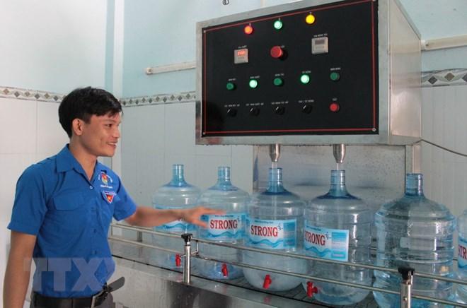 Phạm Thế Sơn tại khu sản xuất nước tinh khiết. (Ảnh: K GỬIH/TTXVN)
