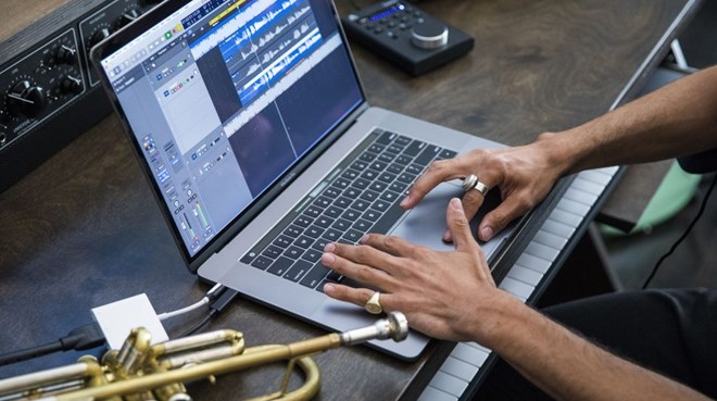 Apple bất ngờ tung ra MacBook Pro mới với bộ xử lý nhanh hơn - ảnh 1