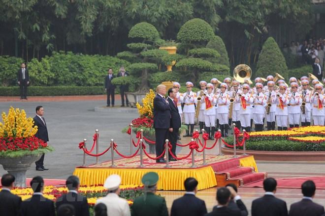 Chủ tịch nước Trần Đại Quang nồng nhiệt chào mừng Tổng thống Donald Trump cùng Đoàn đại biểu cấp cao Hoa Kỳ thực hiện chuyến thăm cấp Nhà nước đến Việt Nam vào thời điểm sôi động nhất của quan hệ Việt Nam-Hoa Kỳ. (Ảnh: Minh Sơn/Vietnam+)