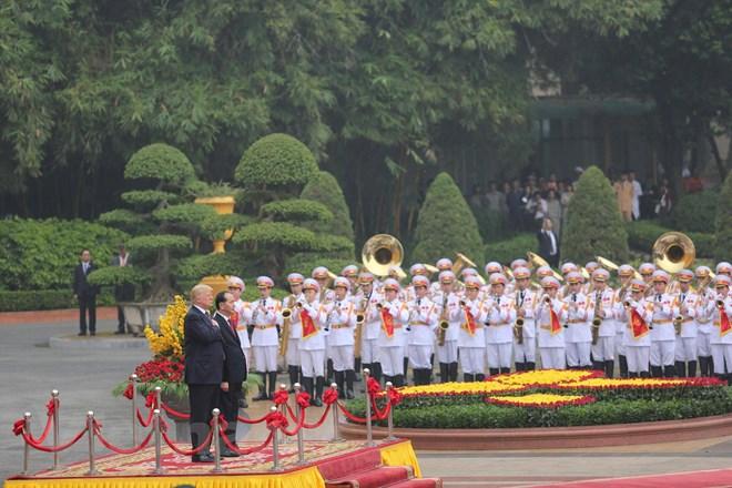 Chủ tịch nước Trần Đại Quang chúc mừng Tổng thống Donald Trump đã có những ngày làm việc hiệu quả và thành công trong khuôn khổ Tuần lễ Cấp cao APEC 2017 tại thành phố Đà Nẵng, góp phần quan trọng vào thành công chung của hội nghị. (Ảnh: Minh Sơn/Vietnam+)