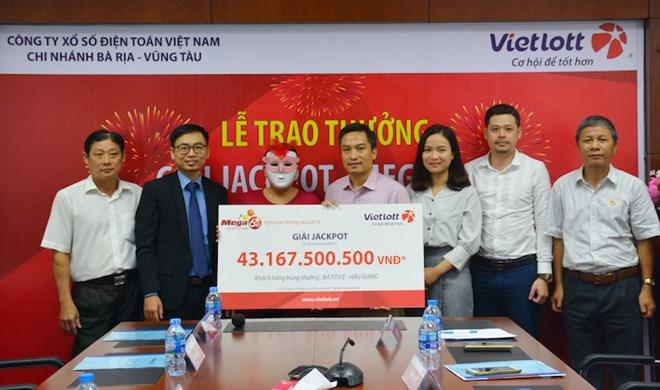 Nữ khách hàng ở Hậu Giang lĩnh thưởng giải Jackpot hơn 43 tỷ đồng