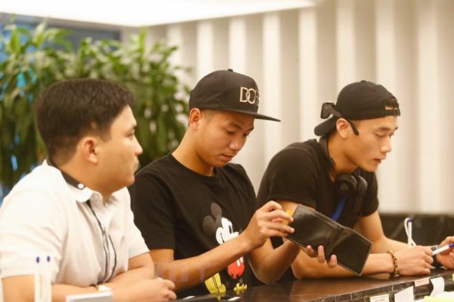 Bộ đôi Thanh Hóa Bùi Tiến Dũng (ngoài cùng phải) và Nguyễn Hữu Dũng (giữa) có mặt lúc hơn 12 giờ. Chiều nay, đội tuyển sẽ có buổi tập đầu tiên tại sân Trung tâm đào tạo trẻ VFF. (Ảnh: Thùy Minh/Vietnam+)