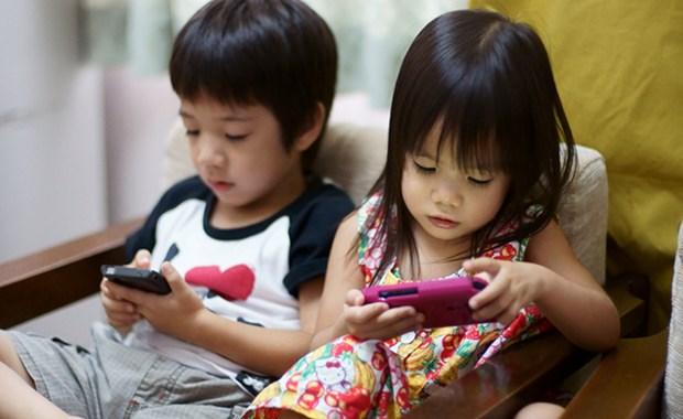 trẻ sử dụng điện thoại quá sớm
