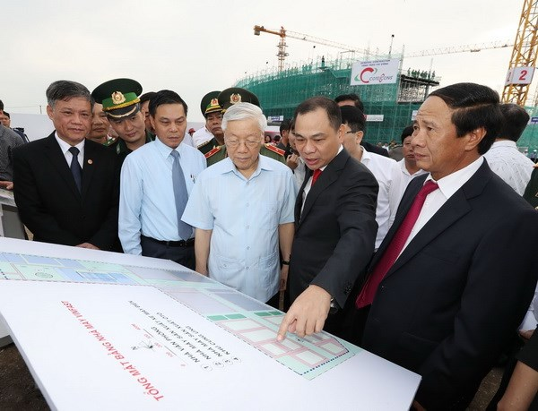 Tổng Bí thư Nguyễn Phú Trọng xem sơ đồ tổng mặt bằng Nhà máy VINFAST. (Ảnh: Trí Dũng/TTXVN)