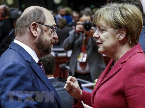 Thủ tướng Đức Angela Merkel (phải) và Lãnh đạo đảng SPD Martin Schulz (trái) trong cuộc gặp tại Brussels, Bỉ ngày 17/3. (Nguồn: REUTERS /TTXVN)
