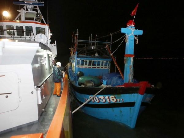 Khẩn trương đưa 2 thủy thủ nước ngoài bị nạn trên biển đi cấp cứu - ảnh 1