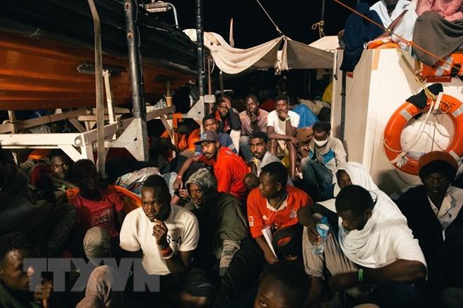 Người di cư trên tàu Lifeline ngày 21/6. (Nguồn: AFP/TTXVN)