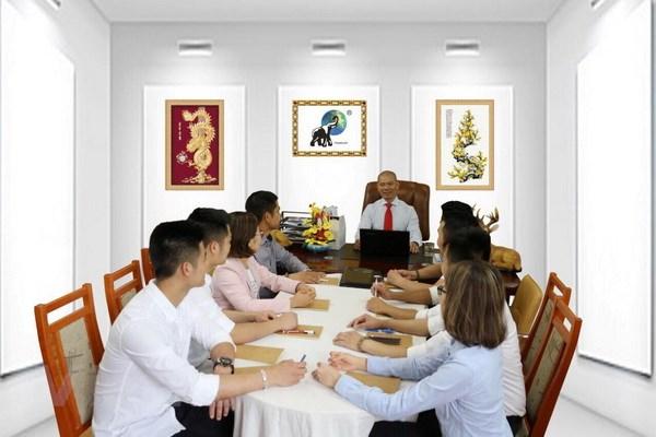 Giám đốc Nguyễn Văn Thịnh và nhân viên công ty TTEURO-KFT. (Ảnh: Bích Yến/Vietnam+)