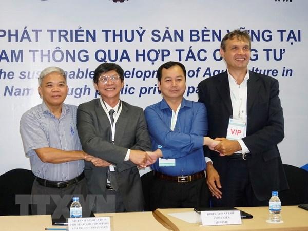Đại diện các bên cam kết đồng hành trong thực hiện dự án 'Thúc đẩy phát triển thủy sản bền vững thông qua đẩy mạnh hợp tác công tư tại Đồng bằng sông Cửu Long'. Ảnh: Xuân Anh/TTXVN