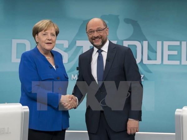 Thủ tướng Đức Angela Merkel (trái) và Chủ tịch đảng Dân chủ Xã hội (SPD) Martin Schulz trong một cuộc tranh luận trực tiếp trên truyền hình tại Berlin ngày 3/9. (Nguồn: EPA/TTXVN)