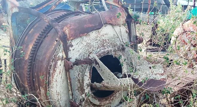 Thiết bị, máy móc thi công dự án bị hoen gỉ sau nhiều năm bỏ hoang. (Ảnh: Hùng Võ/Vietnam+)