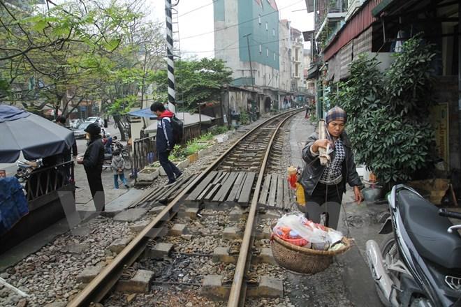 Một đoạn đường ngang dân sinh trên đường Phùng Hưng tại Hà Nội, người dân còn bắc ván để dễ bề đi lại. (Ảnh: Minh Sơn/Vietnam+)