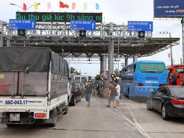 Ùn tắc tại trạm BOT Cai Lậy. (Ảnh: Nam Thái/TTXVN)